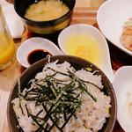 肉炭バル MATOIYA - オリーブご飯のしらす乗せに変更+150円