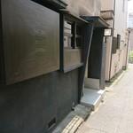 ビストロカタヤマ - お店の外観。右上の看板に気付かなければ通りすぎてしまう 201806