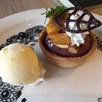 フォトベル カフェ - 安穏芋のスイートポテトのアップ 上には大学芋とアーモンドがのってます。食感がいいですね。