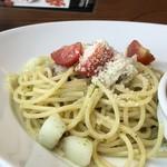 ペルアデッソ九州 - ◆見るかにお味が薄そう、、と思いながら頂くと・・ ジェノベーゼの味わいはあまりしませんけれど、塩・胡椒が効いているので見た目ほど薄味ではないですね。 ただジェノベーゼとしてはどうかしら。(^^;)