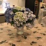 サルデーニャ料理とワイン greco - ほかのテーブルにはアジサイが飾られて