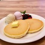 RUBY CAFE - ブルーシールの沖縄産品使用アイス(琉球ロイヤルミルクティー&紅イモ)使用のホットケーキプレート
