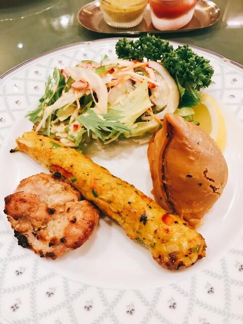 インド料理 ショナ・ルパ - 前菜の盛合せ(チキンティッカ、シシカバブ、サモサ、サラダ)