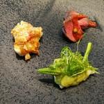 87545926 - シックな黒いプレートにメイン級のお肉、お魚料理が少しずつ、前菜3種盛り合わせ