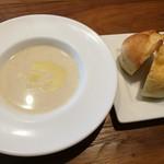 87545931 - 泉州水ナスの冷製スープ、自家製パン2種(ミルク風味のパン、オリーブオイルのフォカッチャ)