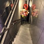 炭火やきとり とり心 - 階段の下に入り口
