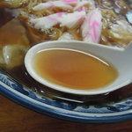 釜彦 - 【スープ入り焼きそば】スープを... 胡椒も入って若干スパイシーなか顔ものぞかせる中華スープ