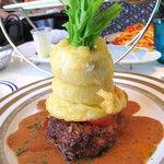 PALOMA+1 GASTROBAR - ハンバーグの上に、玉葱の衣揚げが乗ってます。テッペンには水菜が挿し込まれ、パイナップルな形状。