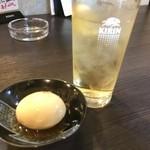 餃子の餃子 - 半熟煮玉子とハイボール