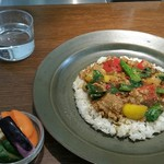 87566027 - 彩り野菜の鶏そぼろカリーと、漬物。