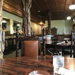 レストラン のや - クラシカルな雰囲気の店内です。