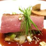 87574581 - フランスバルバリー産鴨 芽キャベツ 芽葱 鴨のジュのソース ポップコーン グリンピースのピュレ ポルタベッラ アーティチョーク