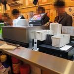 立呑み晩杯屋 - コの字カウンターだけの小さなお店