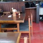 麺喰 - テーブル席と受け取り口
