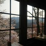 陽ぼっこ - 窓からは、下千本の絶景が楽しめる