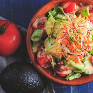濃厚な旨みのハンバーグと付け合わせる、みずみずしい野菜