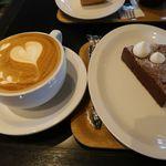シアターコーヒー - ラテとチョコレートケーキ