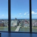 87588435 - 新潟市の旧繁華街と信濃川、左奥の島影は佐渡です。