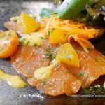87590766 - サーモンのカルパッチョとオレンジ風味のサラダ