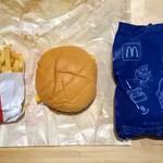 マクドナルド - 料理写真:ハッピーセット、チーズバーガーとポテトとおもちゃ。この他にドリンクがつく