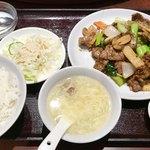 87594347 - 6月  牛肉とホタテの黒胡椒炒め定食                       サラダとスープ、モヤシ炒め、杏仁豆腐がセットになってます。ご飯は盛りの良い一杯♪
