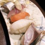 すしバル ちこり - こはだ、あじ、黒みる貝、炙りえんがわ、しめ鯖炙り