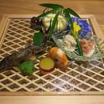 祇園 にし - 八寸は格子に組んだ木のお皿に置かれて美しい。