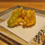 祇園 にし - 揚げ物を載せたお皿も品がいいんです。
