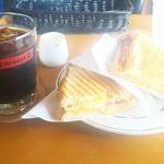 87617015 - 焼きサンドイッチ ベーコンエッグ&グリルドチェダー610円 アイスコーヒー150円