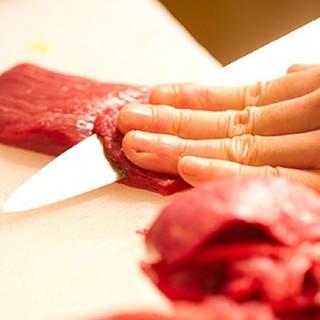 厳選したお肉を丁寧に捌きます