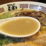 博多新風 - イマドキの贅沢な豚骨スープではなく、昔風のシンプルさに近い旨みがあるのも好みです。濃厚。