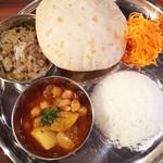 インド料理 マルジョウ - 3種からマトンキーマ、ひよこ豆 1000+150円でチャパティお代わり→焼き立て熱々。ライスは少なめ。大盛無料なのでしっかり食べたい時は是非
