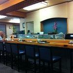 大関寿司 - 広々とした店内のカウンター