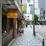 ベンガル - この先、T字交差点ドン突きに「ヨコスカベーカリー」「市場食堂」がある。