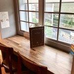 梟書茶房 - 『図書エリア』は窓際のL字型のスペースです