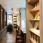 梟書茶房 - 『図書エリア』は窓に向かうカウンター席と本棚が並んでいます