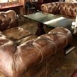 梟書茶房 - 『ラウンジ』はゆったりしたソファ席とテーブル席があります