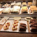 梟書茶房 - 『アカデミックエリア』と『森の部屋』の間にケーキのケースがありました