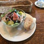 A TABLE ! - ランチのサラダとパン