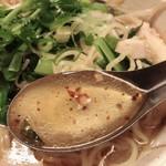 サイアム・タラート - 焦がしハーブのスープはコクがあり病み付き!