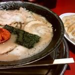 87646088 - チャーシュー麺と、焼き餃子