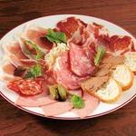 大人気!お肉の前菜盛り合せ「ブッチャープレート」