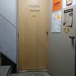 sync - 雑居ビル2階にあった。