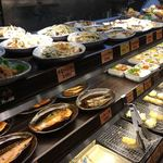 めしや食堂 - 主菜が並ぶ棚。