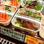 めしや食堂 - ラベルにはカロリーと塩分(食塩相当量)が表示されている。