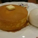 87650234 - 究極のホットケーキ(生クリーム、自家製ソース、お塩で)