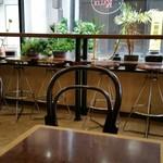 カフェ・カルディー - テーブルからカウンター席を望む。