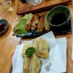 大衆酒蔵 日本海 - 奥から刺身ハーフ、鶏皮餃子、れんこん挟み揚、見切れたけれども谷中生姜