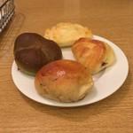 バケット - 食べ放題のパン。レーズンロール、よもぎロール、小倉トースト、メープルトースト