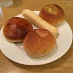 バケット - 食べ放題のパン。ホールホイートロール、ホテルロール、チーズロング、バジルチーズロール